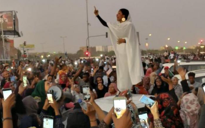 «كنداكة»... أيقونة مظاهرات السودان التي أشعلت مواقع التواصل