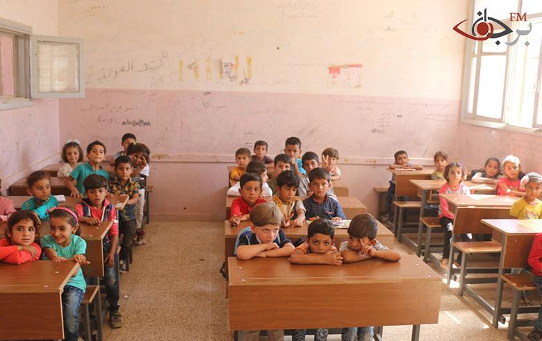 عشرات الآلاف من التلاميذ والطلاب انخرطوا في التعليم في الطبقة