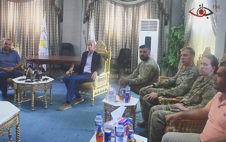 المستشار الأمريكي لوزارة الخارجية يقدم المعدات الطبية لمشفى كوباني العسكري