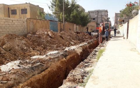 استمرار عملية استبدال خطوط شبكة الصرف في حي شهيد يحيى