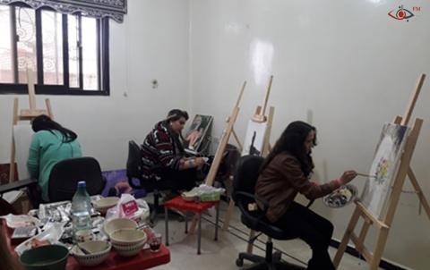 جانب من استمرار الفنانات التشكيليات برسم لوحاتهن بالمرسم الذي اسهم منظمة برجاف بإنشائه.